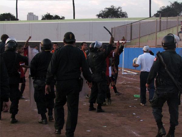 COSAS NEGATIVAS. Hubo un fuerte altercado al final del encuentro entre la barra de Deportivo Municipal y algunos jugadores de Sporting Ermitaño. Lamentable. (Foto: José Salcedo / DeChalaca.com)