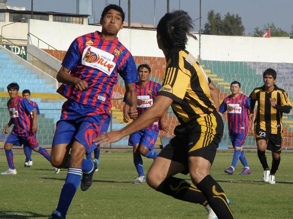 TE CONOZCO. Junior Bolaños y Gustavo begazo fueron compañeros en Sportivo Huracán en 2011. Esta vez, estuvieron frente a frente. (Foto: Iván Carpio / DeChalaca.com)