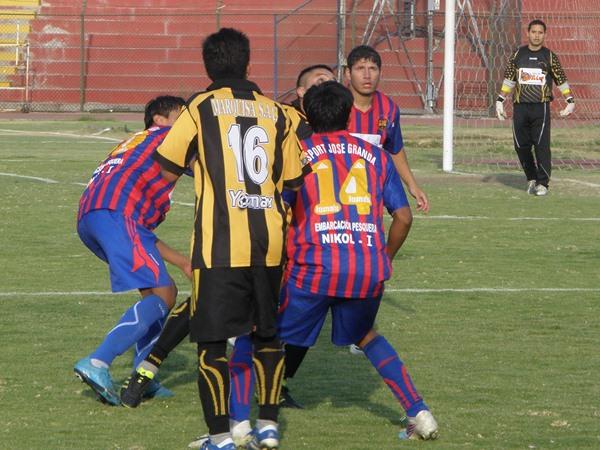 ENREDADOS. Por momentos, el fútbol estuvo ausente y se veían acciones desordenadas como la de la escena. (Foto: Iván Carpio / DeChalaca.com)