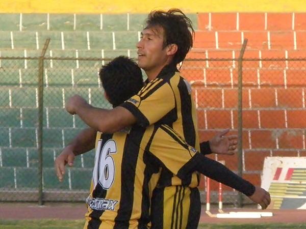 ABRAZADOS A UN SUEÑO. Gustavo Begazo festeja con Julinhio Begazo el 2-0. Los atigrados quieren seguir avanzando en la Copa Perú. (Foto: Iván Carpio / DeChalaca.com)