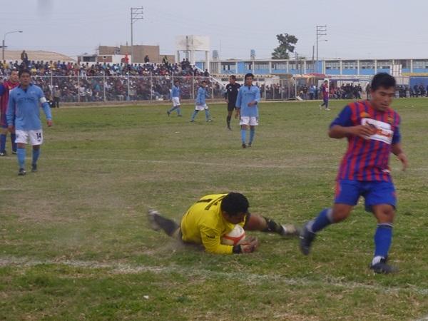 BÚSQUEDA INFRUCTUOSA. Otra vez, Janis Andía en la búsqueda del gol, que le fue esquivo en todo el partido. (Foto: Emerson Valdivia / El Blog del Reportero)