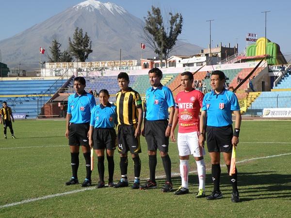 AL PIE DEL MISTI. Posa la terna arbitral junto a los dos capitanes de ambos equipos: Arturo Ayerbe (Aurora) y Luis Salas (Internacional). (Foto: Iván Carpio / DeChalaca.com)