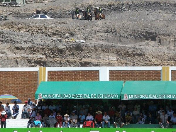 VISIÓN PREFERENCIAL. La Policía Montada se apostó en el cerro aledaño al estadio de Uchumayo para evitar que el público apreciara el partido desde esa zona. Tal medida solo se respetó en el primer tiempo. (Foto: Iván Carpio / DeChalaca.com)