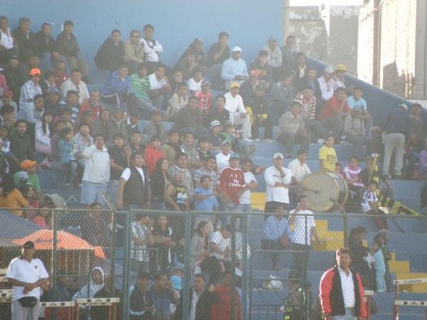 CONVIVENCIA PACÍFICA. Si bien los simpatizantes de Defensor El Carmen fueron mayoría, nótese el detalle que en la misma tribuna se mezclan con algunos hinchas de Aurora. (Foto: Iván Carpio / DeChalaca.com)