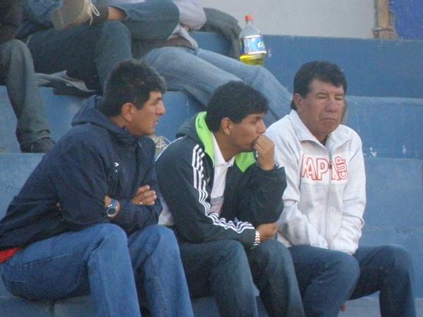 EL ESPÍA. Helard Delgado, DT de Sportivo Huracán, estuvo en el estadio Melgar observando a FBC Aurora, un potencial rival con el que podría cruzarse en la Etapa Regional. (Foto: Iván Carpio / DeChalaca.com)