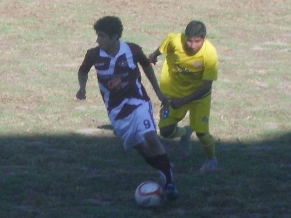 PASIÓN JUVENIL. Luis Pastor (Atlético Mollendo) y Deivi Chacnama (Cariocos), ambos sub 18, sostuvieron un duelo aparte a lo largo del partido. (Foto: Juan Jesús Llerena / DeChalaca.com)