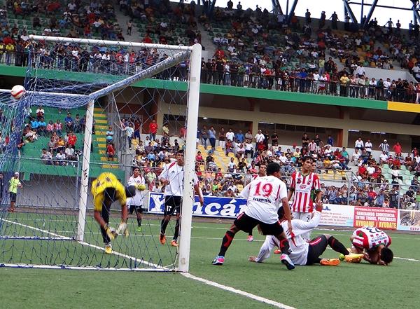 El ataque de Sport Loreto no pudo inquietar a la sólida defensa huaralina. (Foto: diario Ahora de Pucallpa)