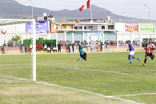 Un feroz contragolpe de San Simón acabó en el primer gol del encuentro mediante un preciso remate de Miguel Silva (Foto: Martín del Águila / DeChalaca.com)