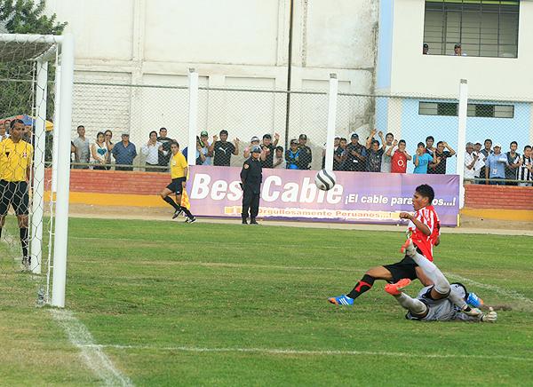 Unión Huaral tuvo varias ocasiones para anotar pero les faltó puntería en los remates, tal como en esta ocasión que se perdió Joao Farías (Foto: Luis Chacón / DeChalaca.com)