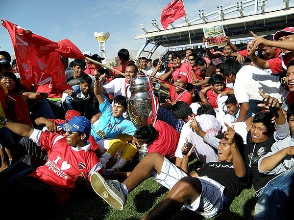 Tras mucho sufrir, San Simón se consagró campeón de la Copa Perú 2013, siendo así el sexto club del departamento de Moquegua que disputará la máxima categoría del fútbol peruano. (Foto: Iván Carpio / DeChalaca.com)