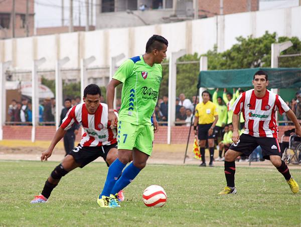 Einer Vásquez trató de conducir la ofensiva de CNI en Chancay, pero la marca de Unión Huaral estuvo siempre sobre él cada vez que tocó el balón (Foto: Leonardo Becerra / DeChalaca.com)