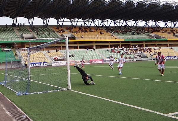 Junior Zambrano se banqueteó y marcó un hat-trick ante la frágil defensa de Aipsa. (Foto: diario Ahora de Pucallpa)
