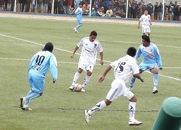 José Luis Vásquez fue de los más correcto en el medio. Aquí, aparece marcado por José Añamuro y Walter Portugal. (Foto: Puno Deportes)