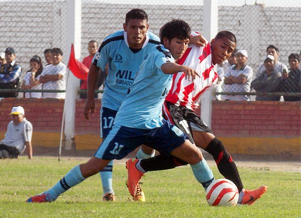 La lucha entre ambos equipos fue intensa en Chancay, tal como en esta acción de Jairo Monsalve (Foto: Mario Azabache / DeChalaca.com)