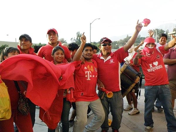 ROJO PASIÓN. Los hinchas de San Simón estaban en su salsa. (Foto: Iván Carpio / DeChalaca.com)