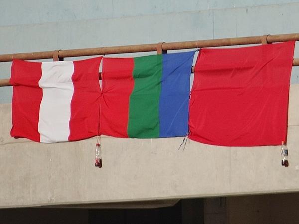 BANDERITA, BANDERITA. La identificación patriótica y regional también estuvieron de manifiesto. (Foto: Juan Jesús Llerena / DeChalaca.com)