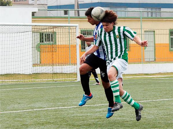 Lima Cricket, con camiseta blanca y verde, alterna en la Liga de San Isidro defendiendo todos los años de historia que hay detrás de su nombre (Foto: Alonso Cantuarias / DeChalaca.com)