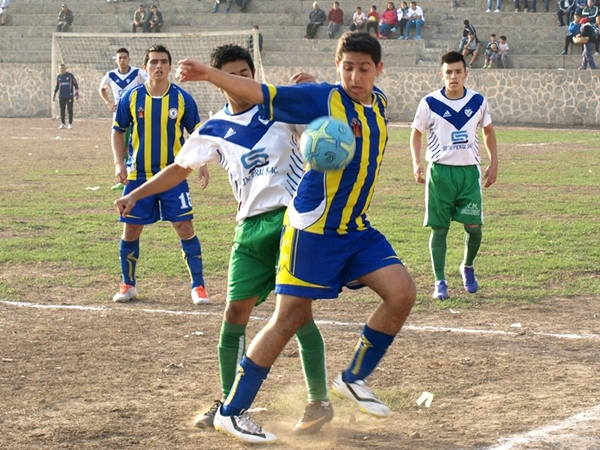 ¿Vélez - Rosario Central? No, es la Departamental de Lima en plena acción en la populosa cancha de Collique. (Foto: Martín del Águila / DeChalaca.com)