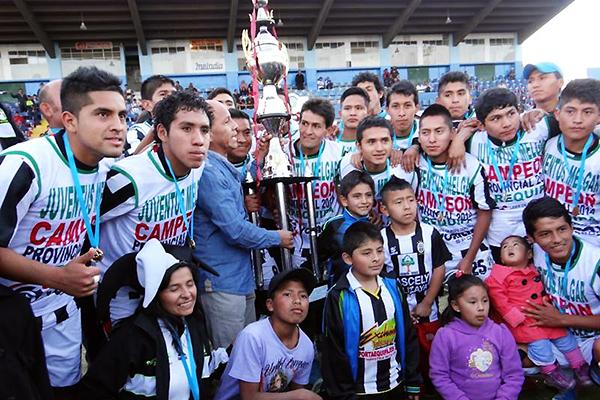 El momento más importante de Juventus Melgar: consagrarse campeón de la Etapa Provincial de Arequipa 2014 (Foto: Juan Jesús Llerena / DeChalaca.com)