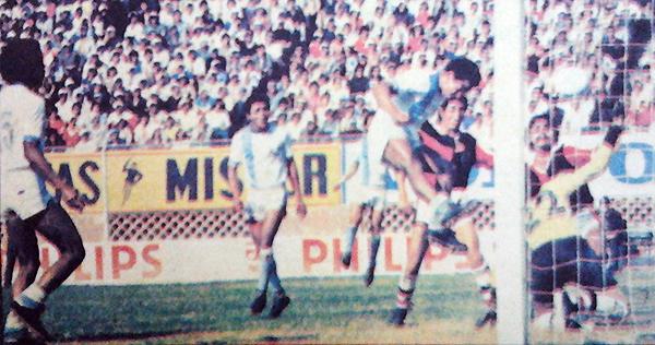 Centenario, el rival más débil de la Finalísima de 1979 también fue víctima de ADT. El cabezazo de César Gavidia cerró la victoria tarmeña en un partido discreto. (Recorte: diario La Crónica)