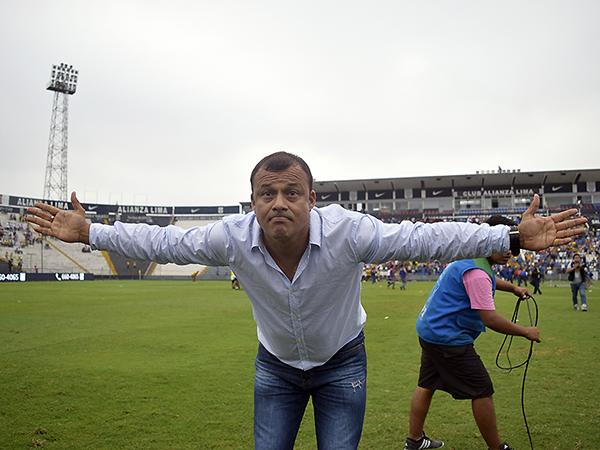 Atoche dedicando el título a los hinchas de La Bocana. (Foto: Rául Chávarry / DeChalaca.com)