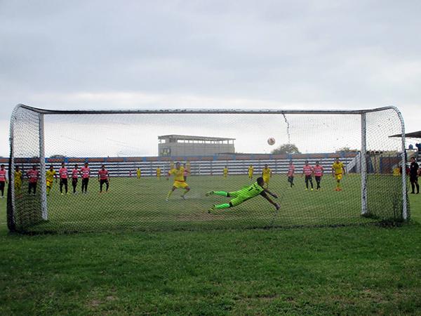 Castillo define bien y marca el 4-0. Chiroque Cielo encaminaba su clasificación. (Foto: Cludes Etapa Provincial)