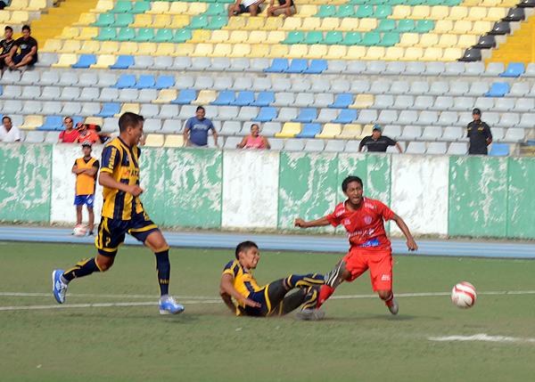Kola San Martín salió con todo en los minutos finales, pero no le resultó. (Foto: Fernando Herrera)
