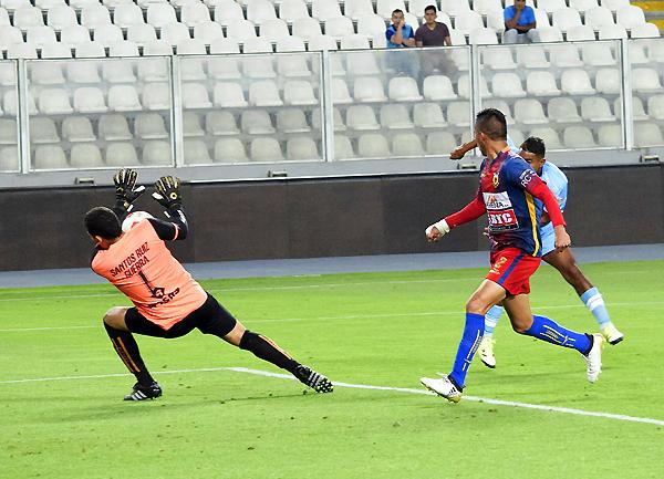 Pedro Díaz le ganó el duelo a Adhemir Villavicencio en el segundo tiempo. (Foto: Raúl Chávarry / DeChalaca.com)