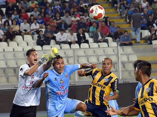 Jean Paul Torres no pudo evitar la derrota de Binacional ante Rosario. (Foto: Raúl Chávarry / DeChalaca.com)