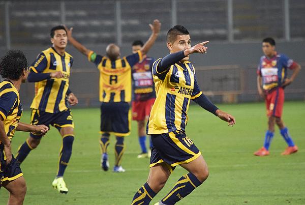 Neil Roca se encargó de sentenciar la historia en el estadio Nacional. El segundo gol rosarino aseguró el título para Huaraz. (Foto: Raúl Chávarry / DeChalaca.com)