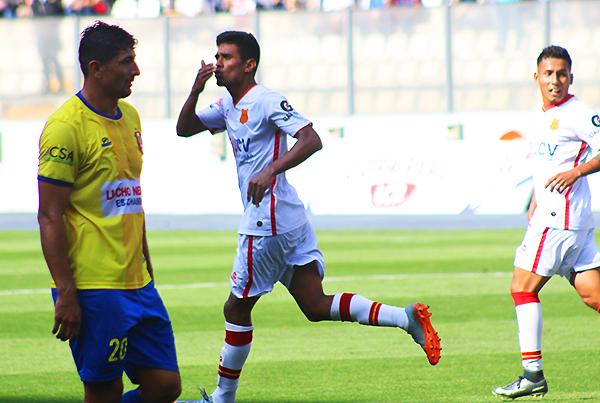 Alfredo Zapata celebra el tercero gol de Atlético Grau, que en defintiva no le alcanzó a los piuranos. (Foto: Pedro Monteverde / DeChalaca.com)