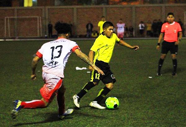 Juan José Mosquera fue uno de los más atrevidos en la ETE, bajo la atenta marca de Paolo Murga. (Foto: Marco Villaflor / La Figura)
