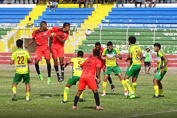Álex Valera supera en el juego aéreo a todos los defensores de Credicoop San Cristóbal, entre ellos a Gian Carlo Franco. (Foto: Larry Jalk / DeChalaca.com)