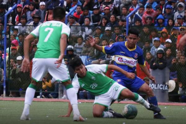 Ronaldo Vásquez cubre el balón mientras Juan Carlos Taipe busca el espacio de remate. (Foto: Guido Castillo)