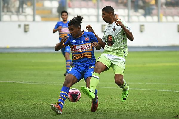 Jossimar Serrato superó a Piero Toledo en velocidad y en casi todos los aspectos del juego. (Foto: Álex Melgarejo / DeChalaca.com)