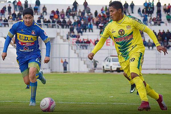 Elvis Payé y Edseel Quiroz fueron dos de los jugadores más importantes del partido. (Foto: David Ramos / diario Los Andes)