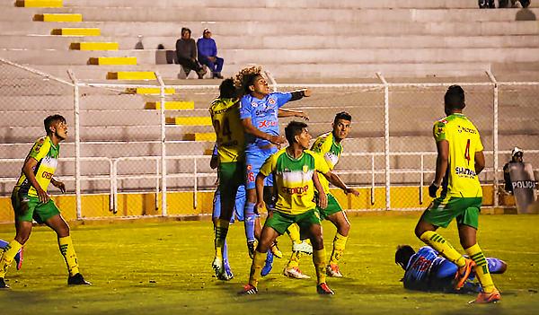 Adhemir Cleque en el juego aéreo garcilasiano. Así llegó el tanto local. (Foto: Prensa Deportivo Garcilaso)