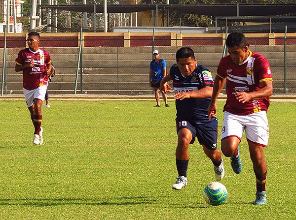 César Flores y Junior Cahua se volvieron a encontrar en un duelo intenso. (Foto: Dimensión Deportiva Ica)