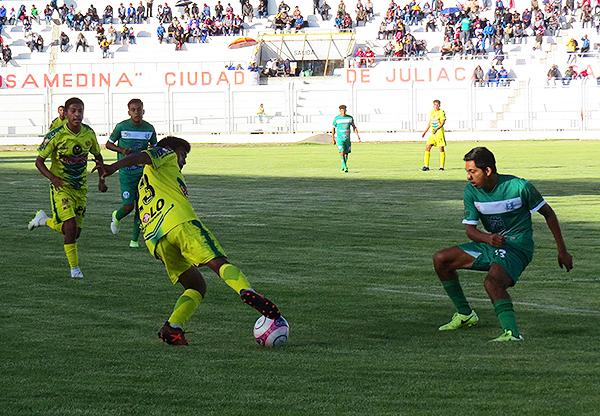 Moisés Machaca desborda por izquierda ante la presión de Tulio Angulo. (Foto: Prensa Credicoop San Román)
