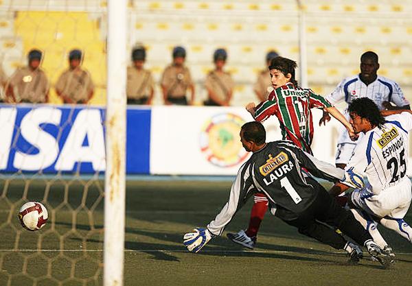 Laura responde ante Darío Conca en el Alianza Atlético 2 - Fluminense 2. (Foto: EFE)