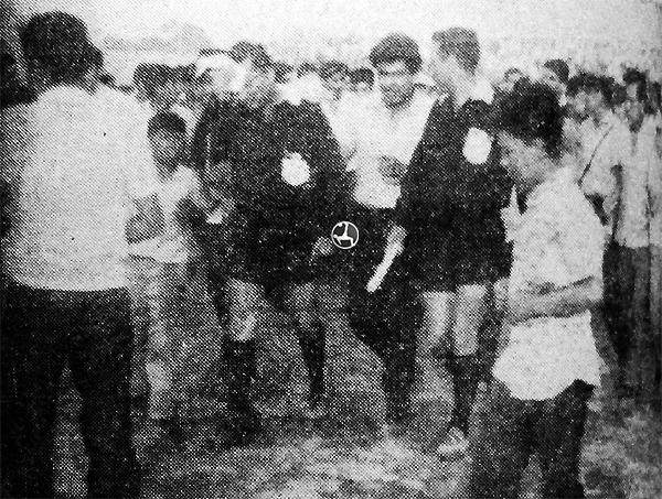 El árbitro Andrés Balarezo y sus asistentes, ante la falta de garantías, acabaron en la comisaría. (Recorte: diario La Crónica)