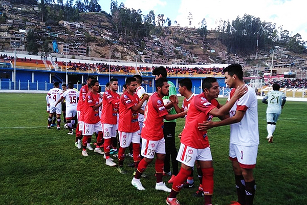 Miguel Grau en el saludo previo al encuentro con Alas Peruanas que le dio el pase a la Etapa Nacional (Foto: JLC Deportes Apurímac)