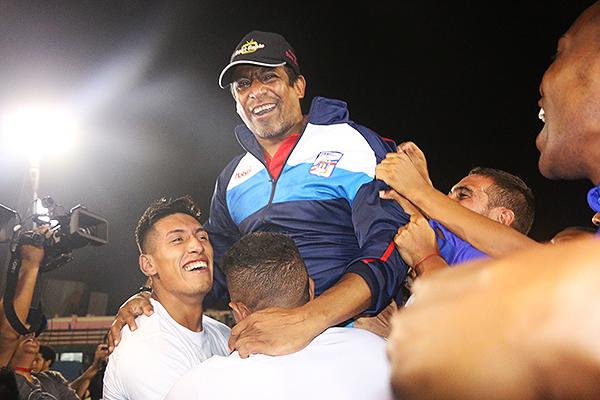 José Soto levantado como héroe. Mannucci vuelve a Primera tras 24 años. (Foto: Pedro Monteverde / DeChalaca.com)