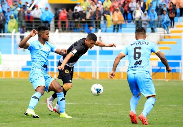 Marco Aldair Rodríguez estuvo letal. Aquí le gana el balón en disputa a Delgado. (Foto: José Carlos Angulo / DeChalaca.com)
