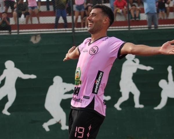 La celebración del segundo gol de Penco, que acabó siendo el determinante para la victoria rosada. (Foto: Miguel Marca / DeChalaca.com)