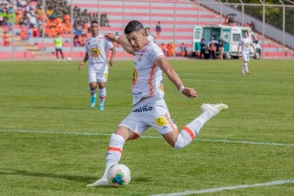 Cossío trepó constantemente y ganó posiciones en territorio rosado. (Foto: Prensa Ayacucho FC)