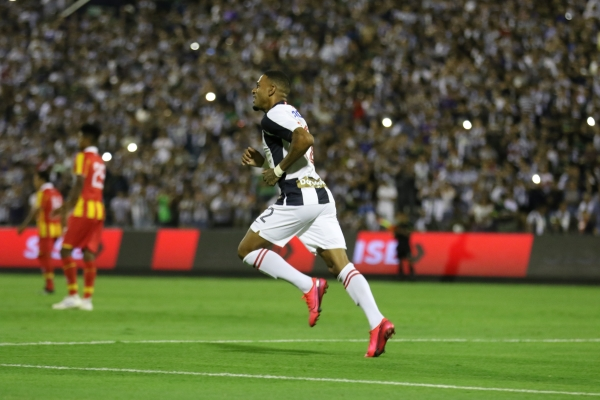 Gómez corre tras su tanto. La 'Hiena', más allá del gol, viene encontrándose con su mejor forma en este 2020 vestido de blanquiazul. (Foto: Pedro Monteverde / DeChalaca.com)