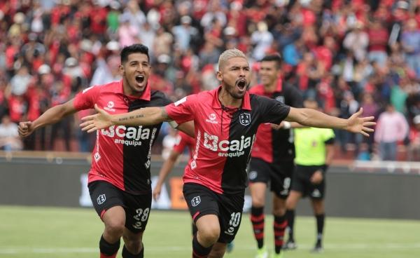 Sánchez grita a todo pulmón, seguido de Arias, el tanto del triunfo rojinegro. (Foto: Fredy Salcedo / DeChalaca.com)
