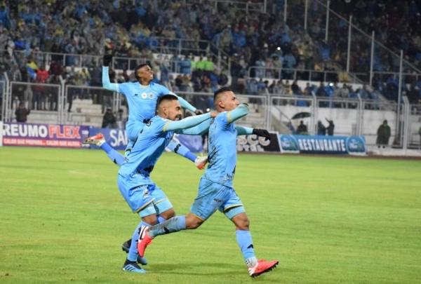 Tello celebra su gol. Pérez y Arango comparten su algarabía y la de todo el Altiplano. (Foto: David Ramos / DeChalaca.com)