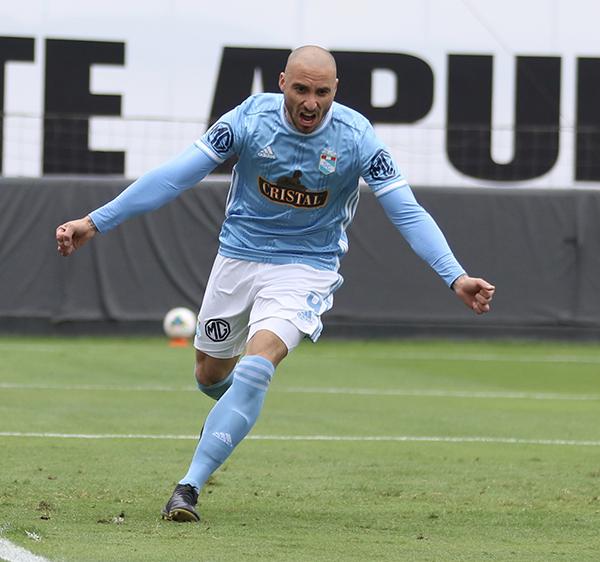 Herrera celebra el segundo tanto de su cuenta personal, el tercero de Cristal. (Foto: Pedro Monteverde / DeChalaca.com)